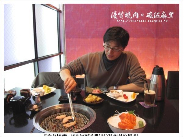 碳佐麻里燒肉。日本料理。認真的在燒肉