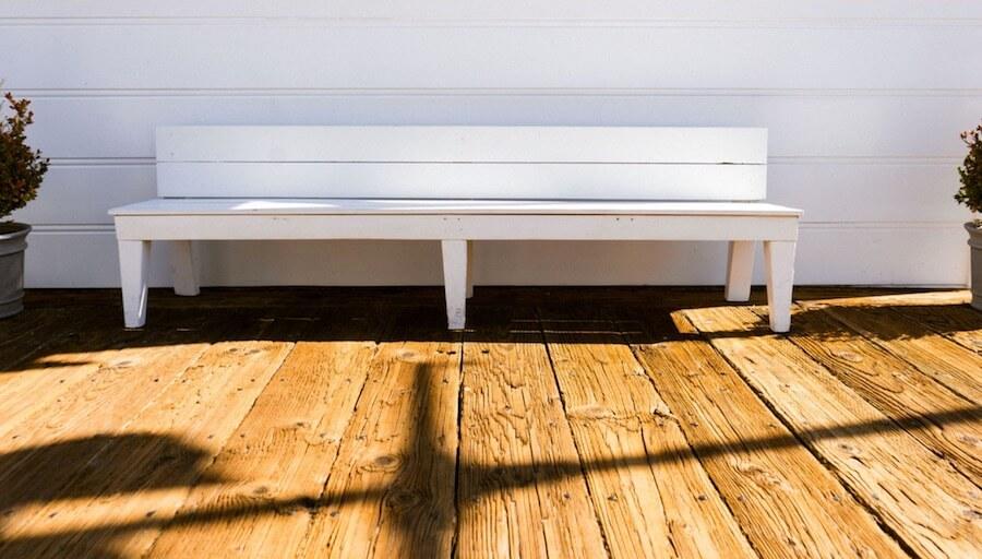 木頭地板 白色牆壁 白色椅子 長條椅