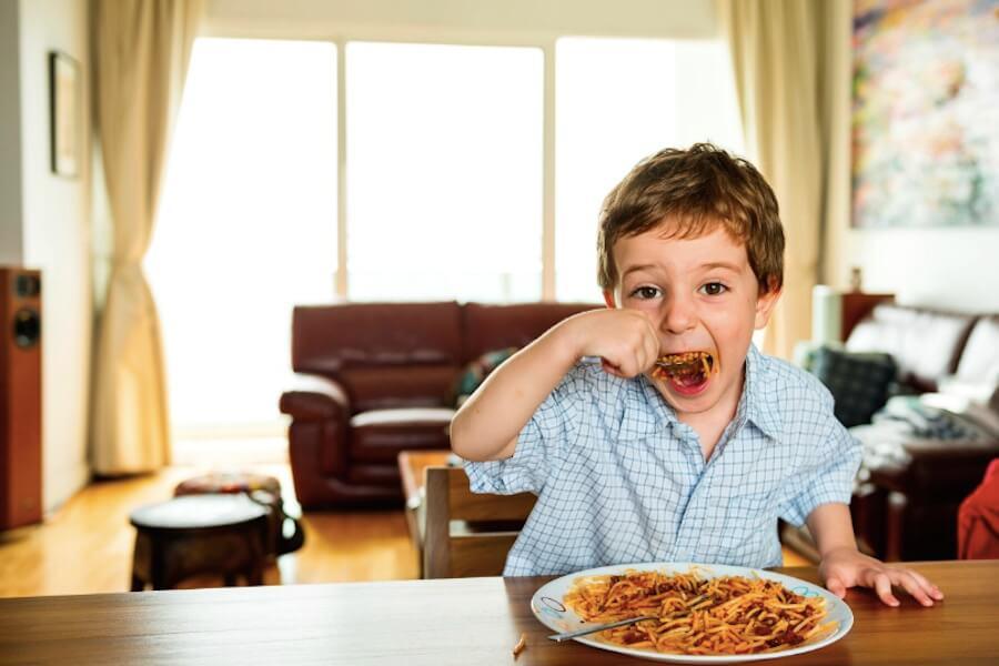 rawpixel 小孩 客廳 義大利麵 吃麵 襯衫 格子襯衫